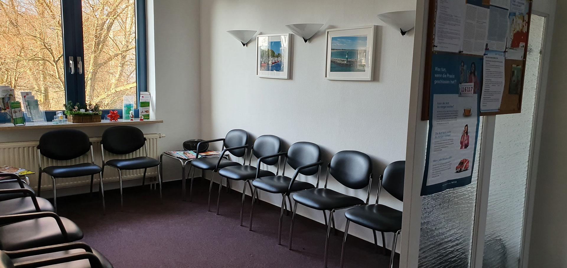 Wartebereich mit Stühlen
